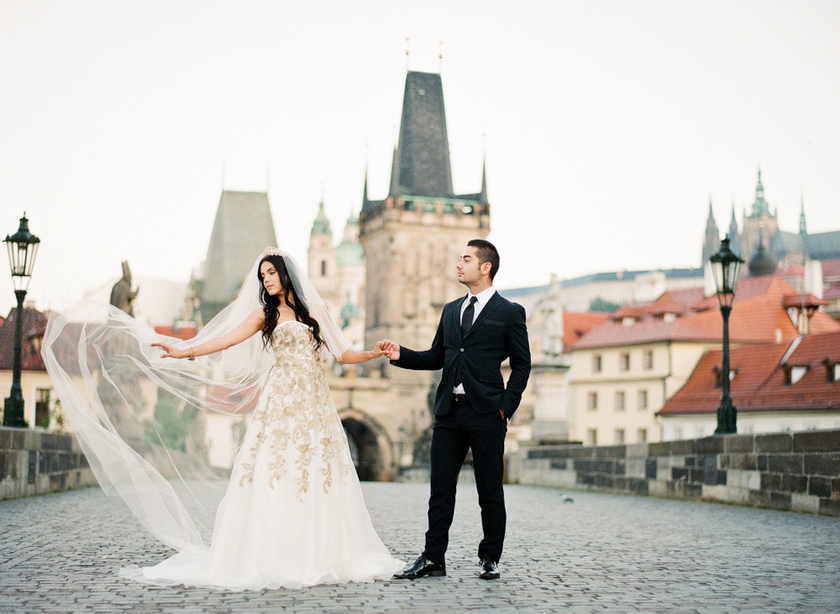 prague-charles-bridge-bride-01