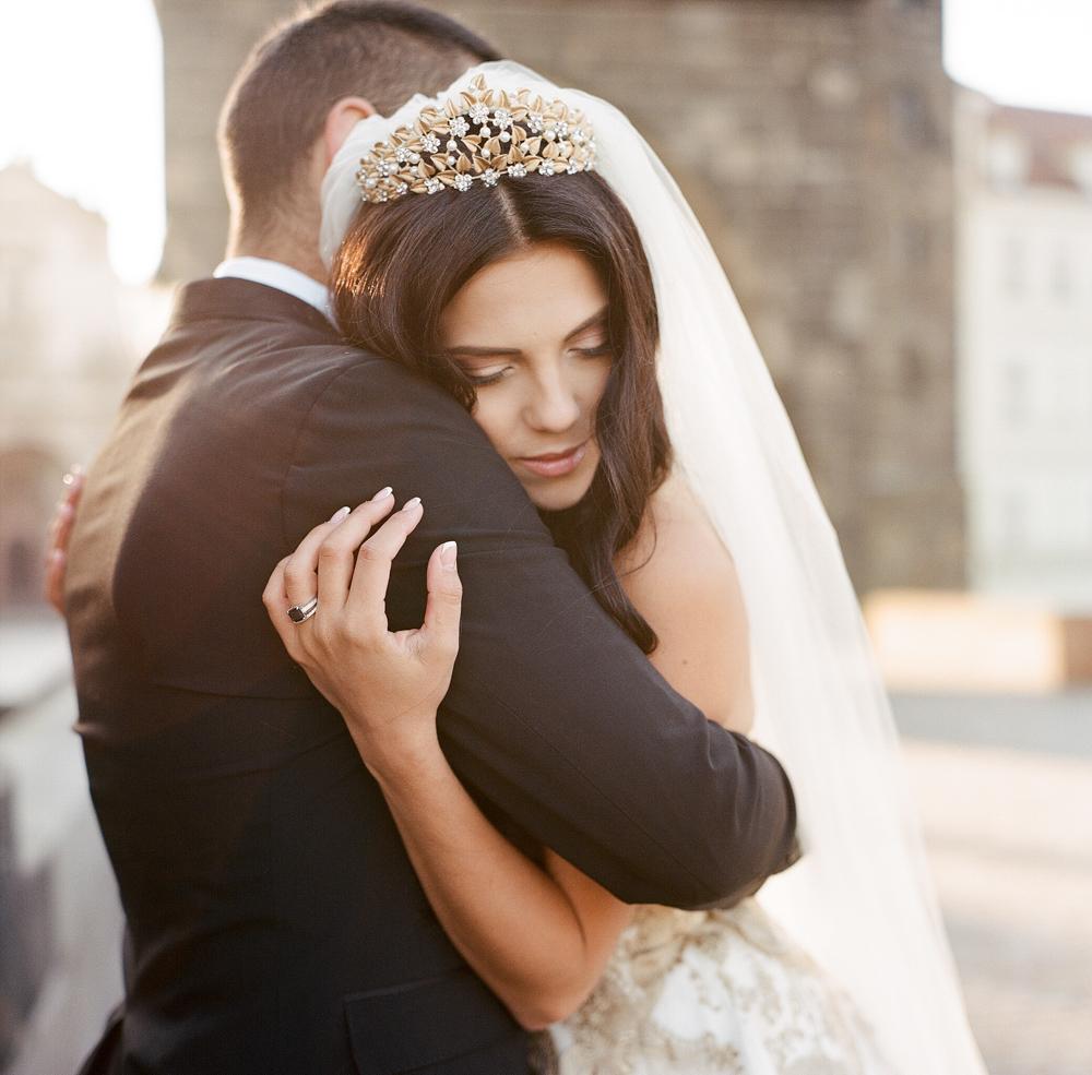 prague-charles-bridge-bride-13