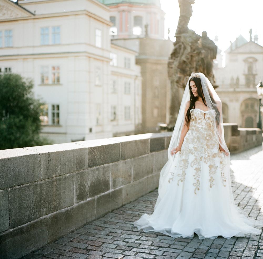 prague-charles-bridge-bride-14