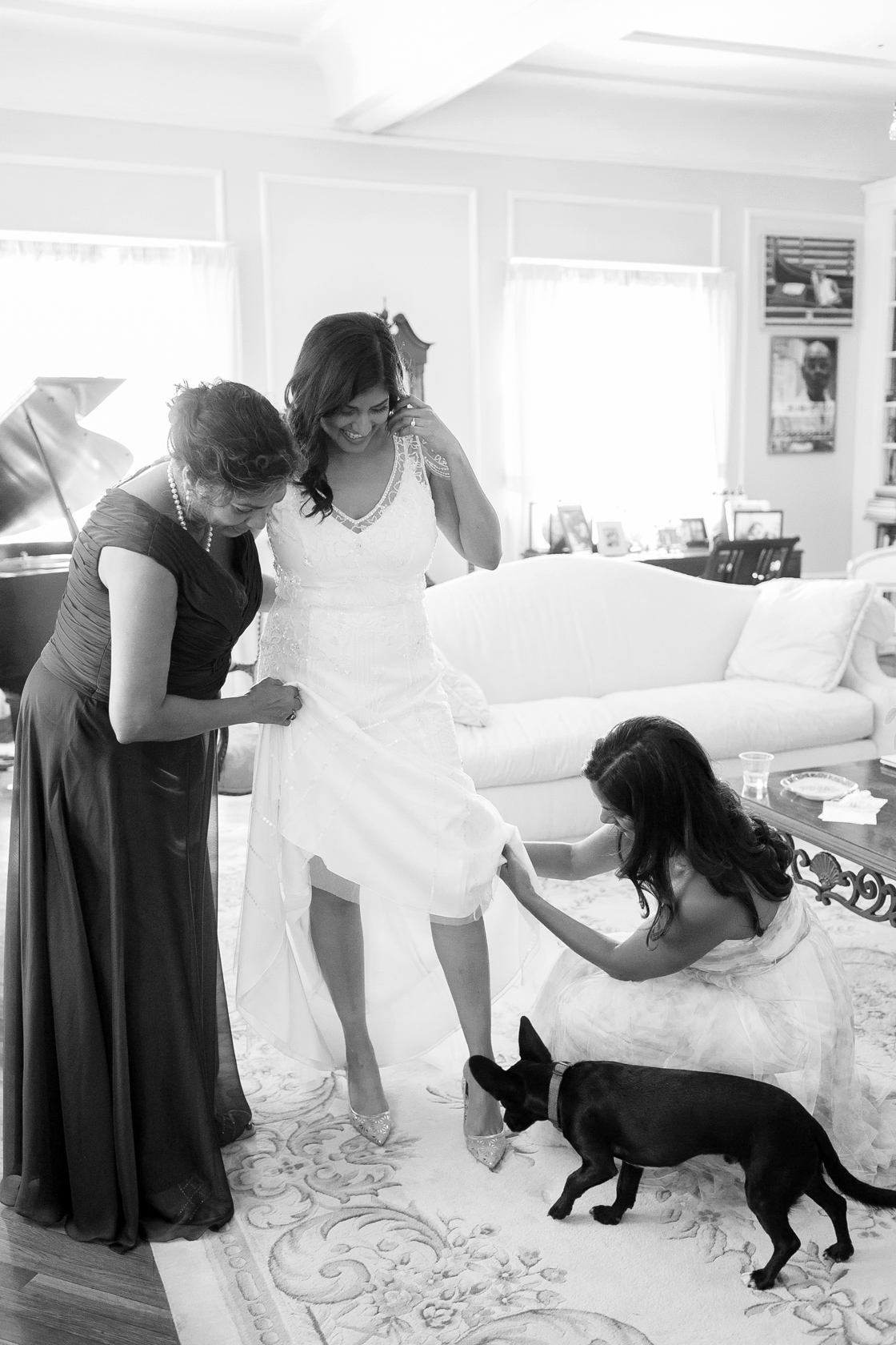 wedding preparation details getting dressed with mom and sister 02