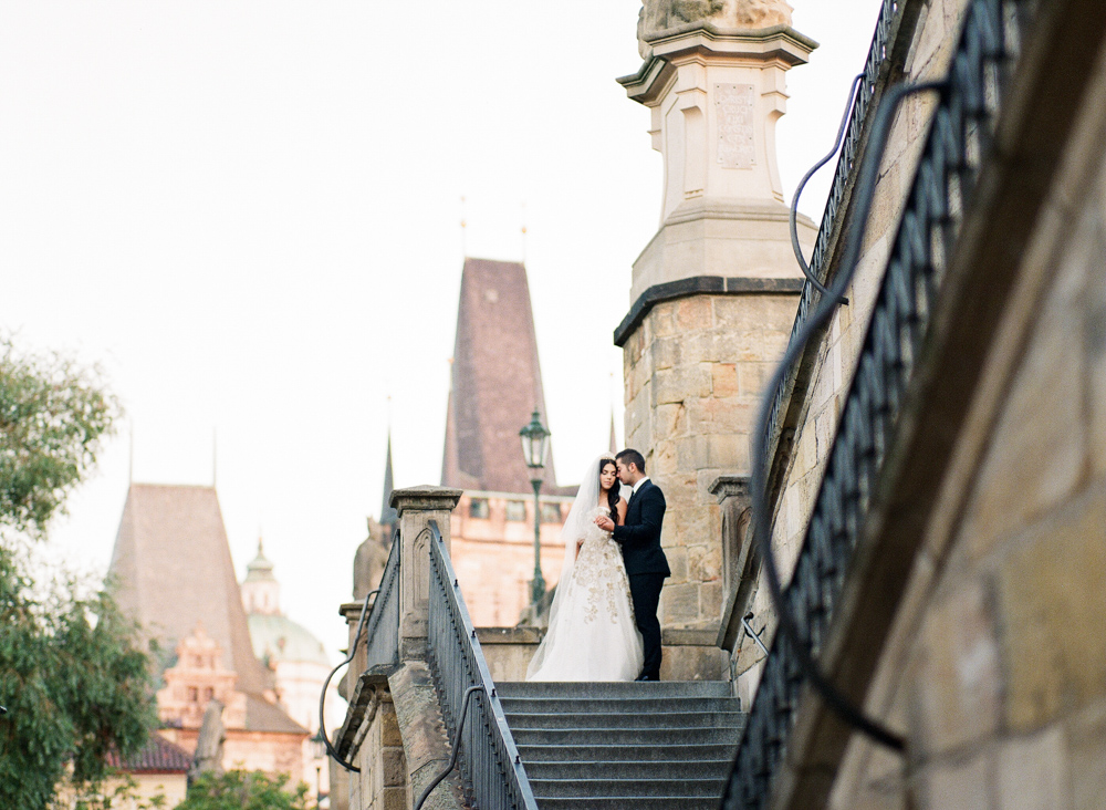 prague-charles-bridge-bride-02