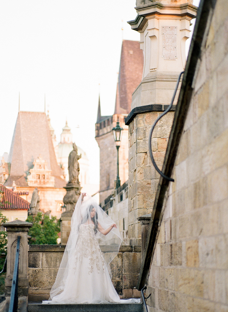 prague-charles-bridge-bride-04