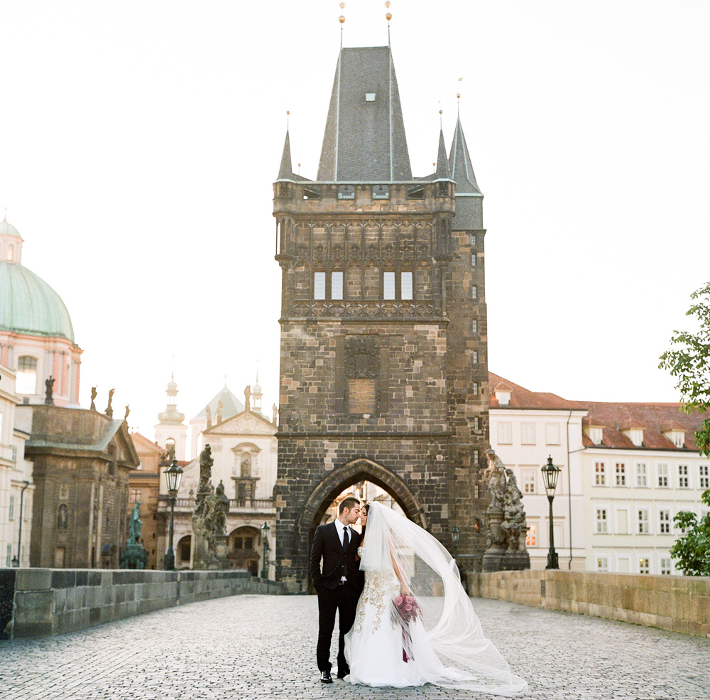 prague-charles-bridge-bride-09