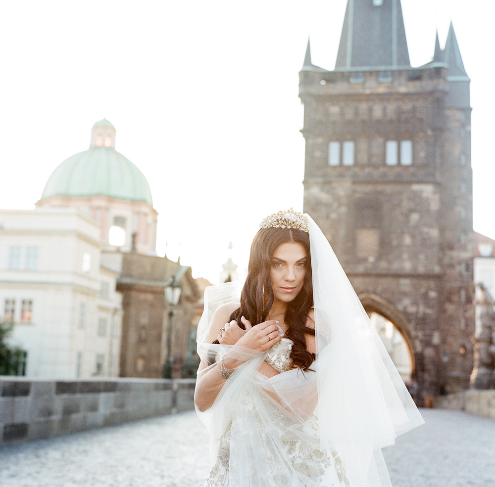 prague-charles-bridge-bride-10