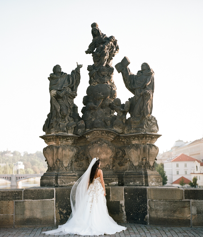 prague-charles-bridge-bride-11