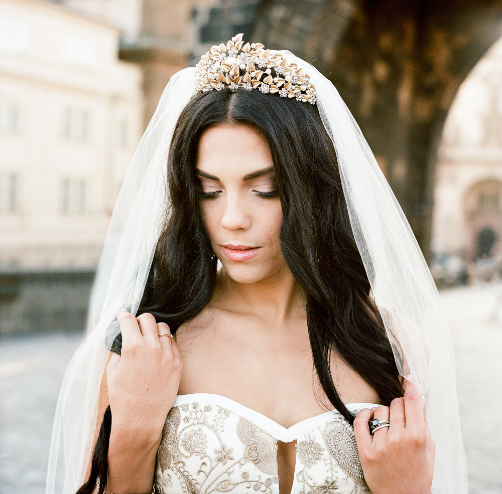 prague-charles-bridge-bride-12