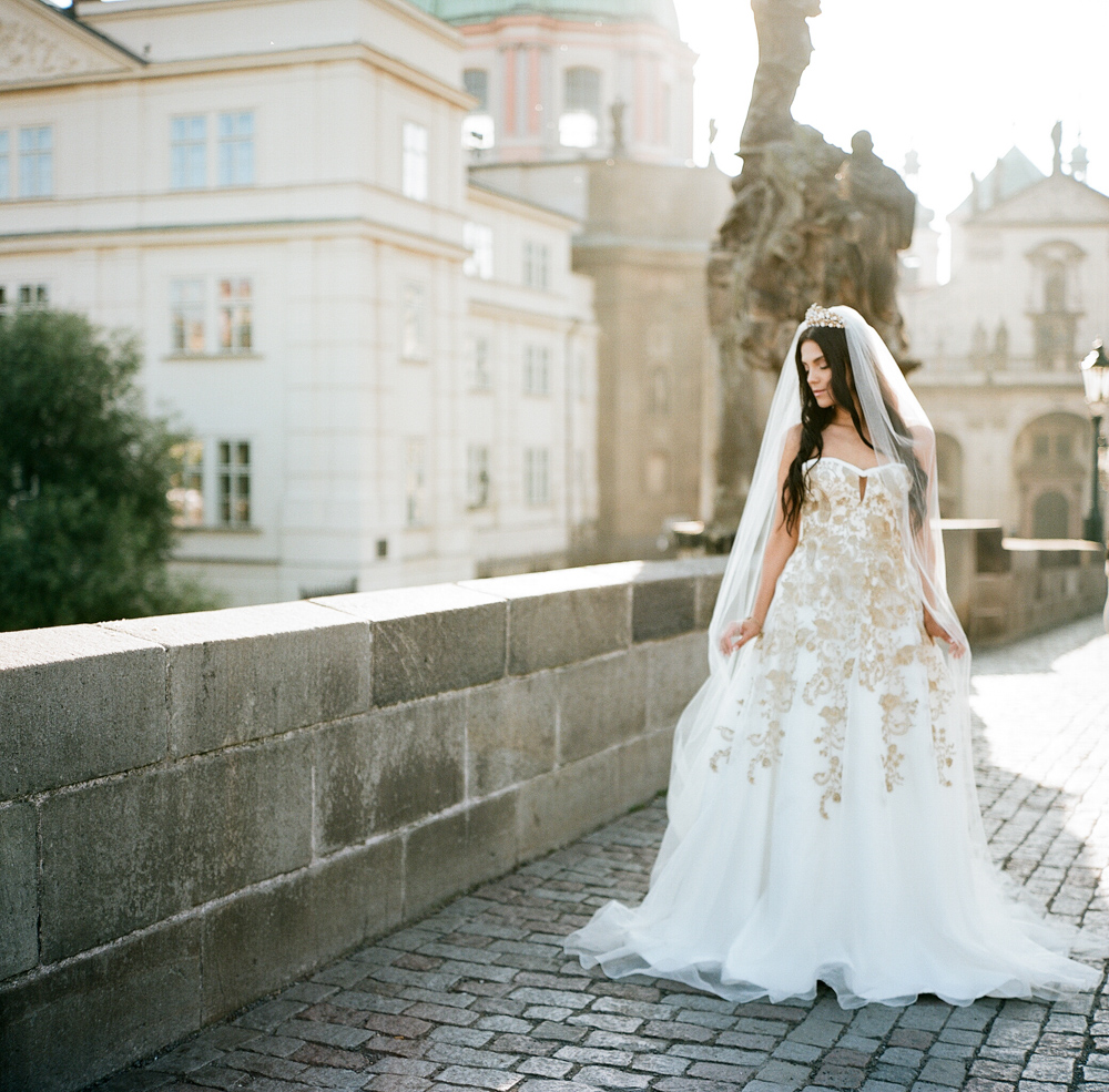 prague-charles-bridge-bride-14
