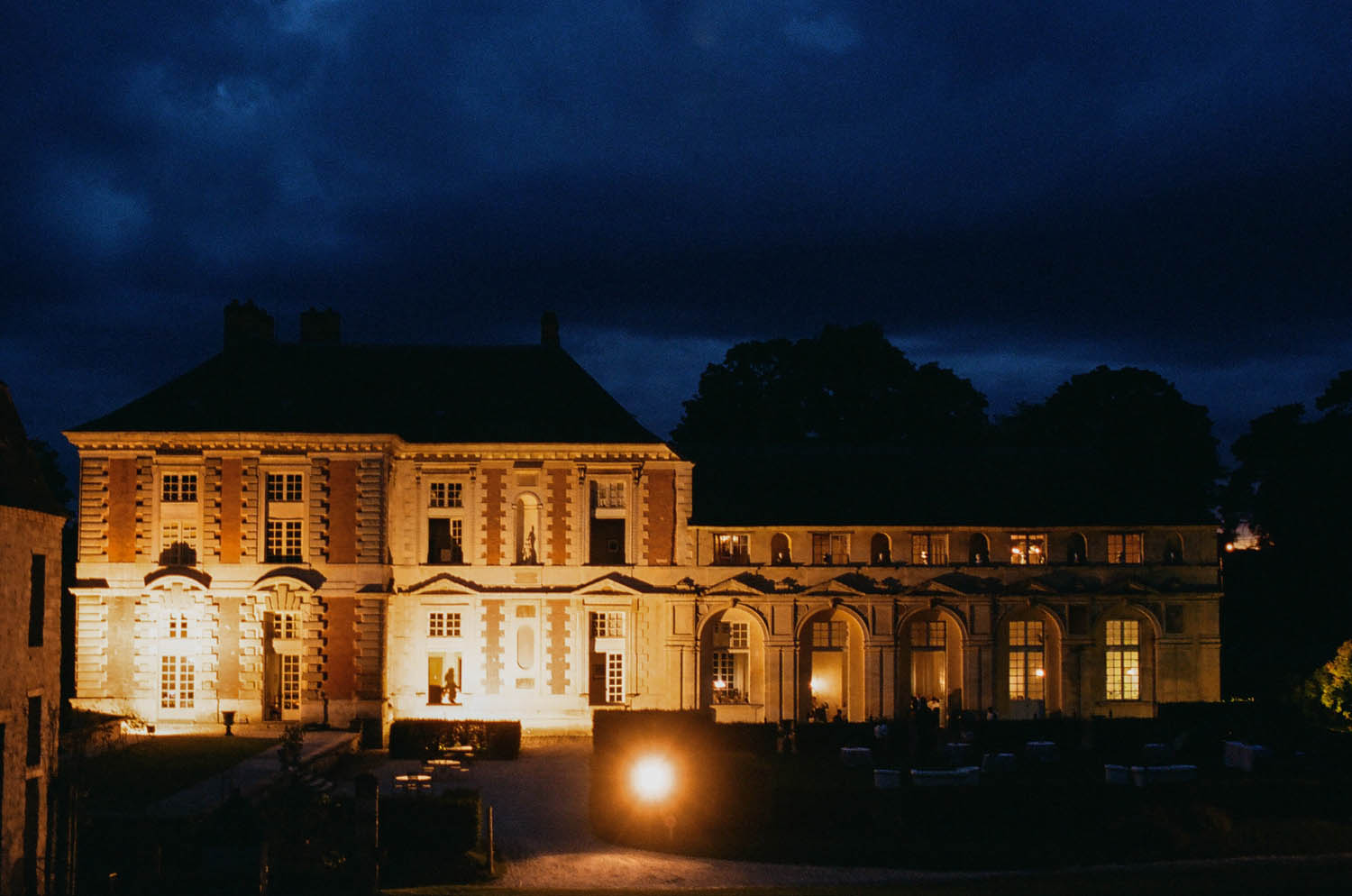 chateau de vallery at night