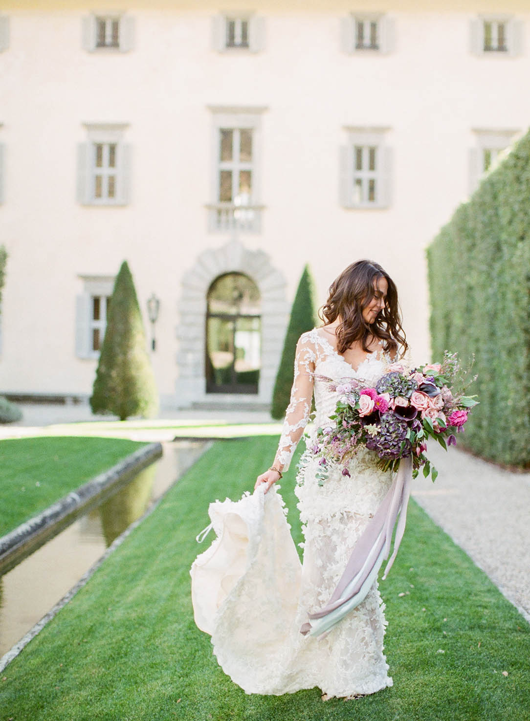 lake como bride in front of villa balbiano