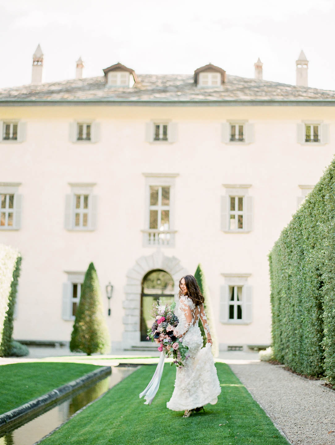 lake como bride in front of villa balbiano 02