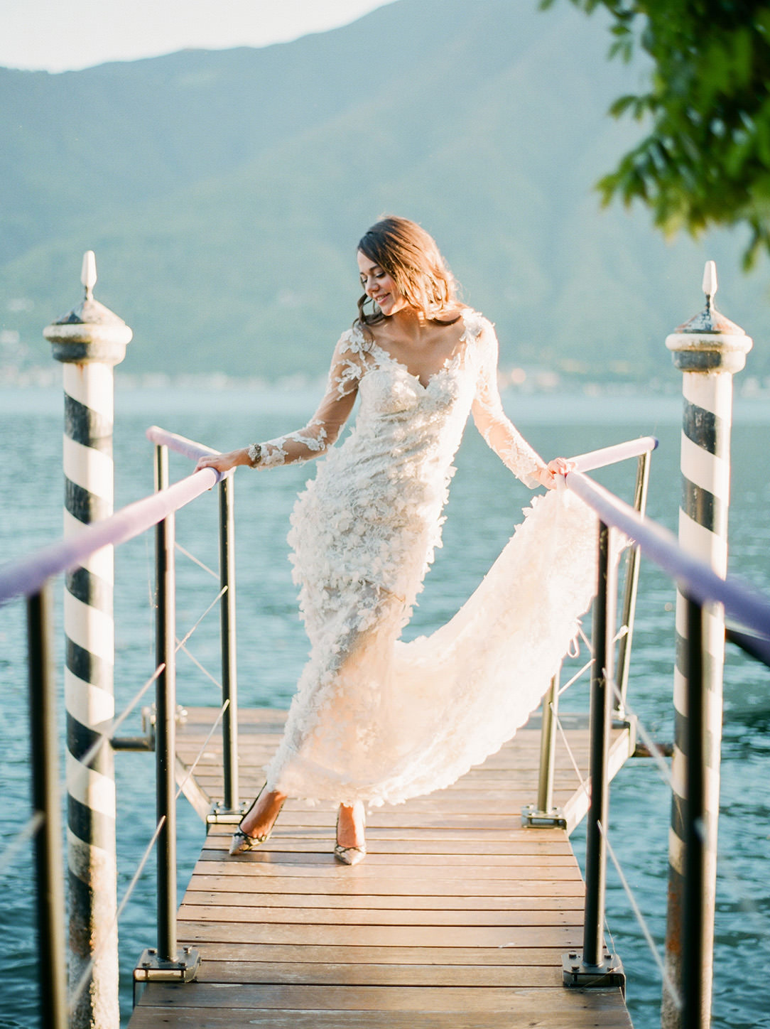 villa balbiano dock with bride posing