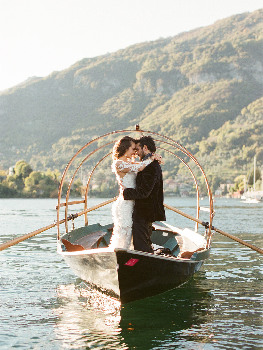 villa balbiano bride and groom in boat kissing